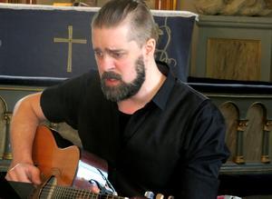 Vi vill gärna höra mer av Anders Falbes sång och gitarrspel. Foto: Uno Gradin