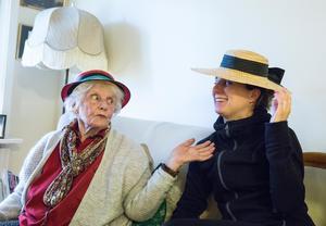 Fina hattar är Eva Kronvalls grej, alltid med en blomma i när hon gick på stan. Barnbarnet Maja provar.
