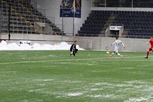 Här chippar Fitim Kastrati in 1–0 för Gefle mot Team TG.