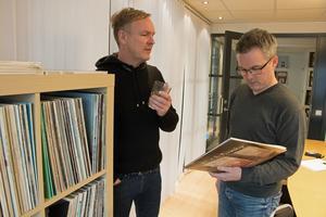 – Jag tror det där med album lockar, du kan inte bara ha din bästa-lista, säger Stephan Jansson (till vänster). Han har inte svårt att se vad som är charmen med vinyl jämfört med att strömma musik från nätet, som att det går att bläddra och läsa mer om vilka som är musiker och var den spelades in, och att du får höra några dåliga låtar innan den där bra kommer.