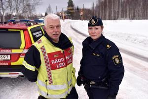 Räddningsledare Håkan Beus, Mora brandkår och polis Therese Smedborn vid olycksplatsen i Färnäs.