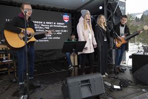 Isac Blackmore, Celine Holmgren, Isabell Lindberg, Viktor Eriksson och Jon Lindgren från Hudikskolans musiklinjer.