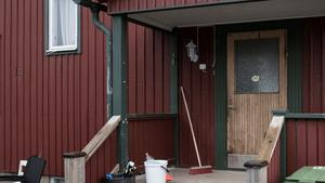 Kort innan mannen greps i Östersund dundrade kraftigt beväpnad polis in på mannens bostadsort. Vittnen berättar bland annat att mannens bostad (på bilden) hade påhälsning av polis.