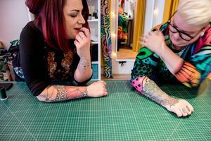 Zanna och Amanda gillar färgstarka dekorativa  mönster.  Det märks även på deras tatueringar.