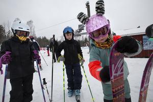 Meja Bergström från Hudiksvall vallade sina skidor innan hon åkte upp i backen.