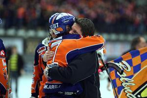 Mikko Lukkarila och Hans Åström efter slutsignalen i Göransson Arena. Bild: Pernilla Wahlman / SCANPIX