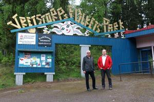 Alf Sunesson och Jan Österlund vid ingången till Vretstorps Folkets Park.