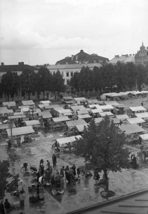 Torghandeln på Stortorget har varit mer eller mindre intensiv genom åren. Den här bilden togs omkring 1930.