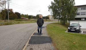 Kravet som bostadsrättsföreningen ställer på kommunen är en ny gång och cykelväg i området.