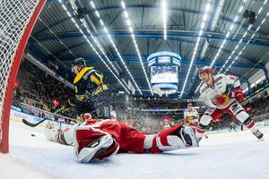 Simon Önerud rundar Isak Wallin och gör 6–0 i numerärt underläge. Foto: Mathias Bergeld/Bildbyrån