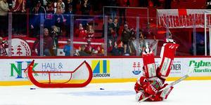 Victor Brattström hade en bra kväll i NHK Arena när Timrå IK hade hemmapremiär i Hockeyallsvenskan. Målvakten fick en huvudroll i straffläggningen och Timrå vann till slut. Bild: Pär Olert/Bildbyrån
