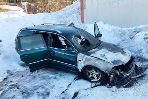Bil började brinna på parkering i Nacksta.