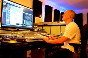 47 tum är skärmen i Skeppet Studio. Beatsen hittar annars Tobias Wennberg (bilden) på Youtube där han köper dem för oftast 1-2 000 kronor styck.