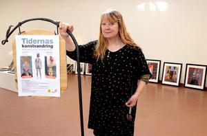 Jinger Bremberg var under fredagen på plats i Ånge konsthall för att hänga bilderna som innebär startskottet för vandringsutställningen Tidernas konstvandring.