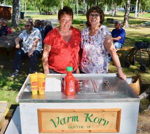 Ingrid Näsman och Debora Forsman bemannade den populära korvstationen. I synnerhet eftersom allt var gratis för festdeltagarna. Foto: Sven Lindblom