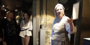Gunilla Hedin, här i rollen som berättare på häxutställningen i Lillhärdal.