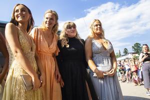 Ella Näsman, Victoria Nilsson, Matilda Lind och Elma Söder från det estetiska programmet ställde upp sig inför kamerorna.