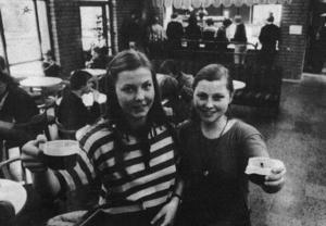 Eleverna tog över cafeterian och Helges fik på PC blev en guldgruva på 80-talet. Elevkooperativet, här representerade av Eva Thunqvist och Karin Swartling, drog in många tusenlappar på kaffe och fikabröd.