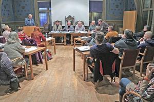 Budgeten kunde klubbas först efter rösträkning där majoritetens förslag vann med 11 röster mot 10.