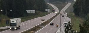 MC-polis drar ut och stoppar fortkörare i Tallen, på E16 mellan Falun och Borlänge. Följden blir böter eller indraget körkort för fyrtiotalet förare under drygt två timmar på tisdagsmorgonen.