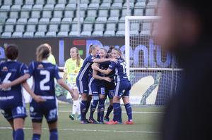 SDFF firar ett av målen mot Lidköping. Laget fick till slut se sig besegrat med 3–6.