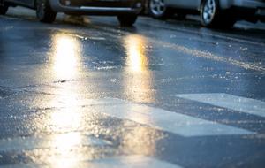 Bilvägarna är under våren vanskliga. Snöplogkanten smälter dagtid och smältvatten rinner in över vägen, fryser till is under natten och blir till isgata när du skall till jobbet på morgonen, skriver debattförfattaren.