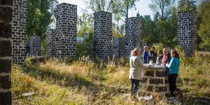 Några av de inblandade i projektet med att restaurera kolhuspelarna i Trummelsberg samlades på plats för att se hur arbetet gått framåt det senaste året.