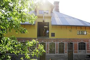 Huset har en alldeles speciell karaktär. Här syns Björn Andersson uppe på det i slutet av 1800-talet var höskulle och där Antizimex under senare år haft lager till sin webbshop.