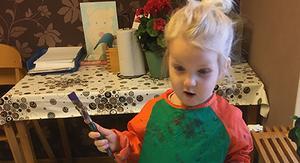 Ebba gillar att måla på öppna förskolan. Foto: Krokoms kommun