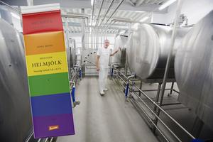 Nu lanserar Järna mejeri en ny regnbågsfärgad mjölkförpackning inför  Prideveckan i Stockholm. Mannen på bilden från anläggningen i Saltå är mejerimästare Bent Ipsen. Arkivbild: Mattias Holgersson