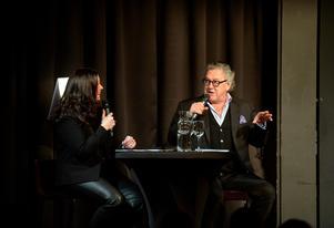 Snacket med moderatorn Titti Schultz bjöd på många skratt under kvällen och lyfte både Tommys knäproblem och hans icke-existerande danskunskaper.