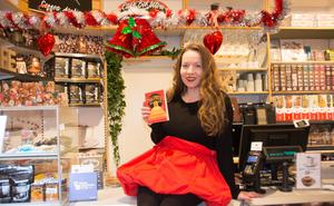 Maria-Thérèse Sommar signerade sin bok i julruschen hos Akademibokhandeln Vängåvan i Sundsvall, själv klädd som julgranskula. Boken bygger på både humor och spänning.