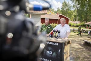 Försvarsminister Peter Hultqvist (till höger) och Försvarsmaktens  ställföreträdande insatschef Urban Molin besökte under måndagen skogsbränderna i Ljusdal.