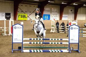 Therese Nilsson från Norrtälje ryttare med hästen Casanova. De kom fyra i tävlingen med 100 centimeter höga hinder.