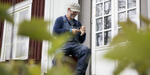 Kent Mårtensson täljer på trappen in till huset.