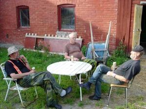 Alexanders fiskesällskap, farfars bror Tomas Wassberg, farfar Torsten Wassberg och Per-Olov Isaksson, tar igen sig efter dagens fiskeäventyr i Gäddede.Foto: Privat