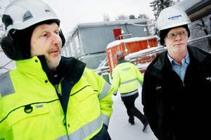 Efter jul har platschefen Mats Leif Eriksson tvingats skicka hem byggjobbare för att det varit för kallt. Både han och Christer Gisseldahl, till vänster, konstaterar att snön och den ihållande kylan försvårar arbetsmiljön.