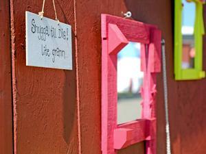Man blir glad av konstnären Liselott Froms färgstarka installationer längs Krogstråket.