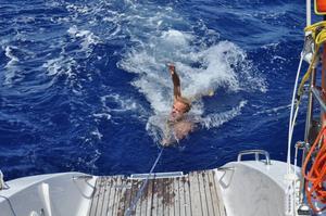 LEVANDE BETE. Fredrik Sahlin fick lust att ta ett dopp i den tropiska hettan och lät sig släpas efter katamaranen. Lyckligtvis var det ingen hungrig haj som märkte det. Foto: Privat