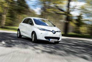 Bildtext 2: Renault Zoe är kusin med Nissan Leaf och ett laddat syskon till Renault Clio. Zoe är en elbil där batterier inte ingår i priset - de får du bara hyra.    Foto: Pontus Lundahl/TT