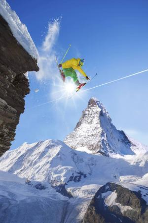 Att hoppa vid foten av Matterhorn är inte alls dumt.   Foto: Shutterstock.com