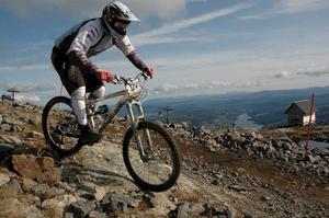 Allt fler väljer nu under sommaren att ta liften upp för att sedan susa nedför Åres sluttningar på cykel.Foto: Hans-Råger Bergström