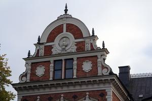Det finns många vackra ornament i kalksten och plåtdetaljer på rådhuset i Söderhamn.