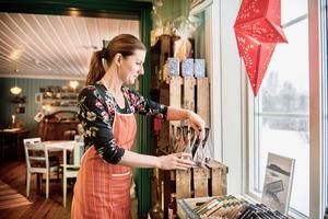 Ellika Nilsson ger en varm och personlig service. Hon har med sin person skapat ett nytt koncept i Ljusnedal med Storhagen gårdsbutik med eget kött och ägg, kafé, catering  och utåtriktat jordbruk.