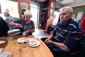 Elisabeth och Göran Norling brukar vara på Träfpunkt 18 ett par gånger i veckan. De är överens om att det inte går att lägga ner en verksamhet som fungerar till 100 procent.