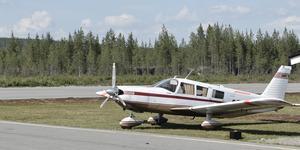 Piper Cherokee Six är enmotorigt och har plats för sju personer och bagage.