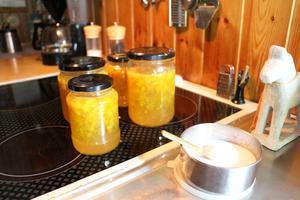 Marmeladburkar, här de färskaste på avkylning, och övriga upptar i stort sett hela översta hyllan i kylskåpet hemma hos Monica.