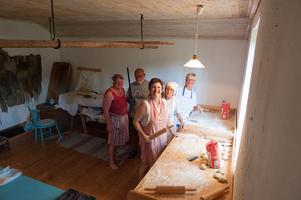 Gitta-Maria Sjöberg, Ingegerd Eriksson, Ria Viesel, Anita Larsson och Ton Viesel höll öppet i bagarstugan och bakade tunnbröd eller