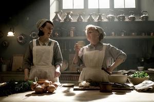 Mrs Patmore och Daisy i Downtons kök. Skulle de ha ett bättre arbetsliv och en bättre arbetsgivare i verkliga världen i dag än de hade på Downton för 90 år sedan?