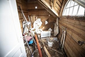 Det gamla badrummet är under renovering. det runda fönstret ska åter tas upp så huset får tillbaka sitt ursprungliga utseende från utsidan.